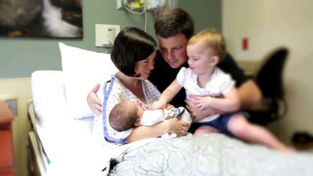 vídeos y material grabado en eventos de stock de nuevo bebé - nuevo bebé
