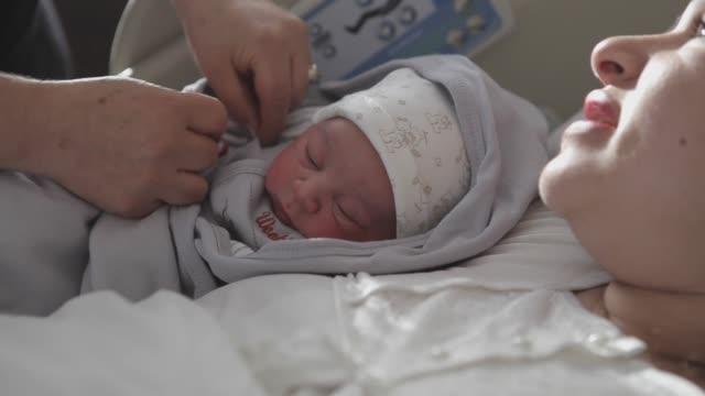 vídeos y material grabado en eventos de stock de new born baby con su madre - nuevo bebé