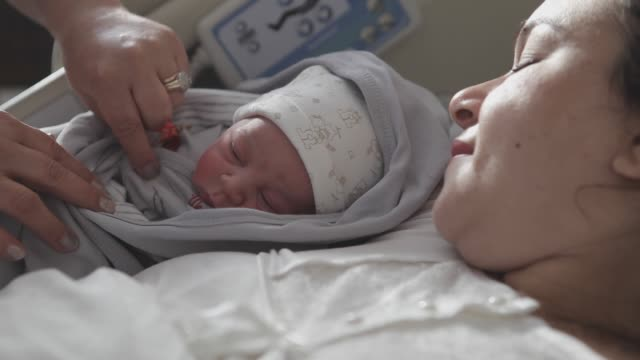 new born baby with his mother - delivery стоковые видео и кадры b-roll