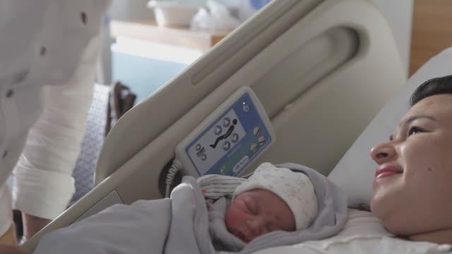 vídeos y material grabado en eventos de stock de nuevo bebé nacido con sus padres - nuevo bebé