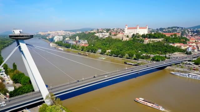 vídeos de stock, filmes e b-roll de nova ponte snp, bratislava - característica arquitetônica
