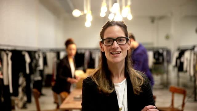 vídeos de stock, filmes e b-roll de novo negócios funcionário de uma loja de roupas - moda feminina
