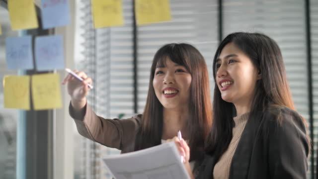 新事業戦略計画、アイデアや戦略を考える - ビジネスマン 日本人点の映像素材/bロール