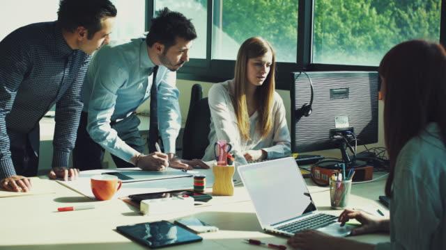 vídeos de stock, filmes e b-roll de nova equipe de negócios, trabalhando no escritório de inicialização - comércio eletrônico