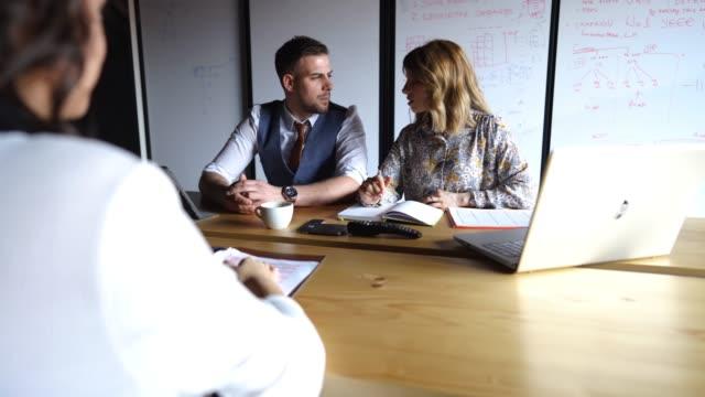 vídeos de stock, filmes e b-roll de novo candidato em entrevista de negócios - questionário