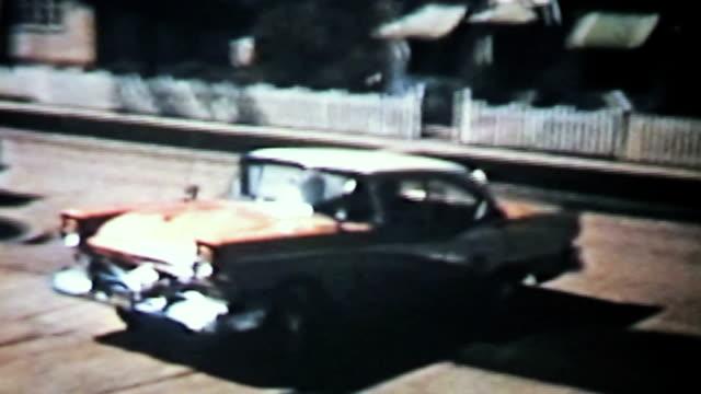 新しい車の裏張りのドライブウェイ-1958 vintage 8 mm フィルム - アーカイブ画像点の映像素材/bロール