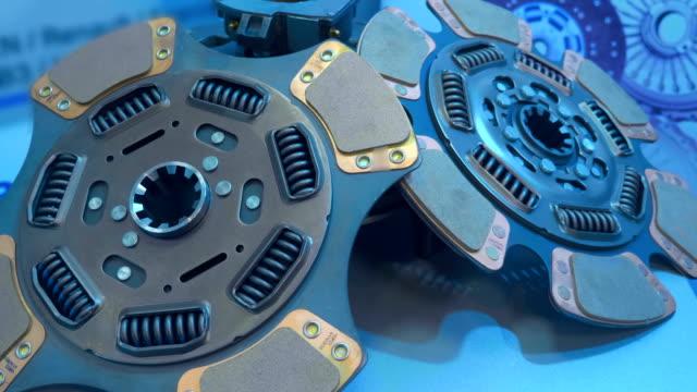 yeni araba debriyaj sepeti ve disk sergisinde gösterir - parça stok videoları ve detay görüntü çekimi