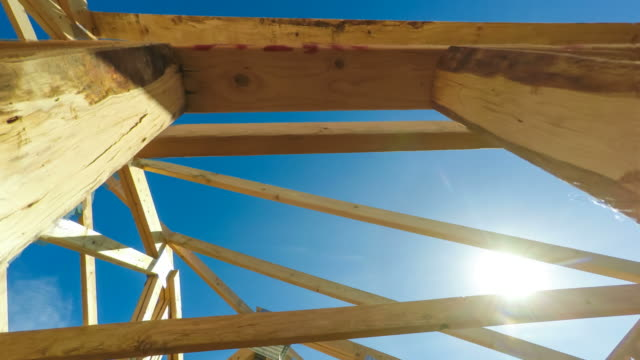 ny konstruktion takbalkar under blå himmel - ramverk bildbanksvideor och videomaterial från bakom kulisserna