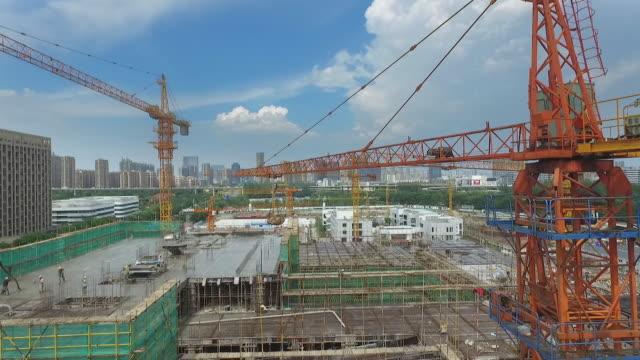 vidéos et rushes de nouveau site de constructions dans la ville moderne - chantier