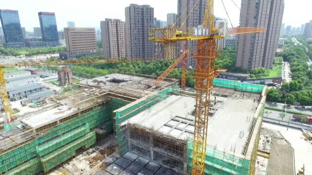 vidéos et rushes de nouveau site de constructions dans la ville moderne - hlm