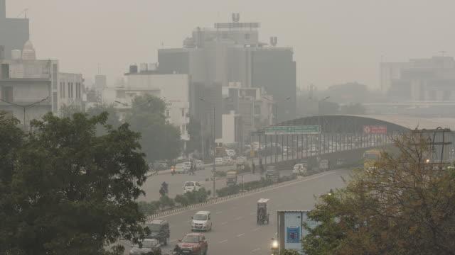 vídeos de stock, filmes e b-roll de vista aérea de nova délhi do tráfego diurno - nova delhi