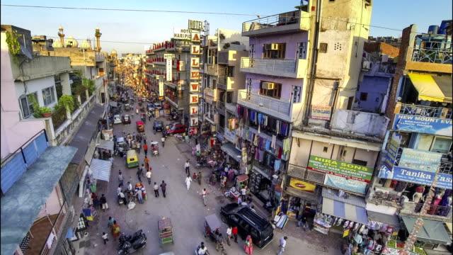 vídeos de stock, filmes e b-roll de nova delhi pahar ganj main street lapso de tempo de alto ângulo - nova delhi
