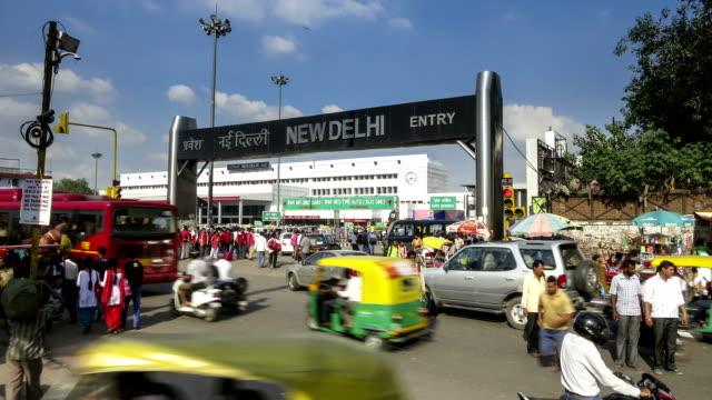 vídeos de stock, filmes e b-roll de nova delhi pahar ganj estação de trem junction intervalo de tempo - nova delhi
