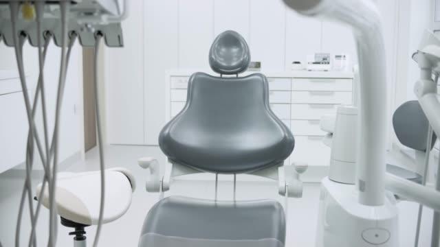 ds new diş sandalye beyaz diş ofiste - diş sağlığı stok videoları ve detay görüntü çekimi