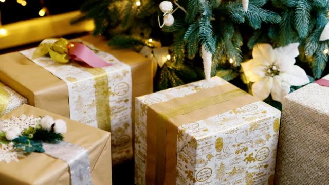 新しいクリスマス プレゼント - クリスマスプレゼント点の映像素材/bロール