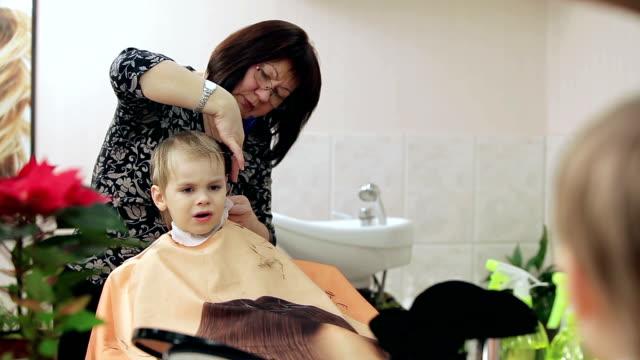 nuovo stile di capelli per capelli biondi ragazzo. - bassino video stock e b–roll