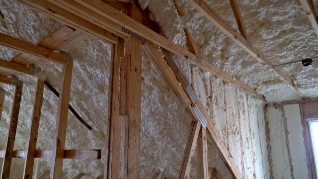 neubau mit installation von dachboden mit schaumdämmung das dach - dachboden stock-videos und b-roll-filmmaterial