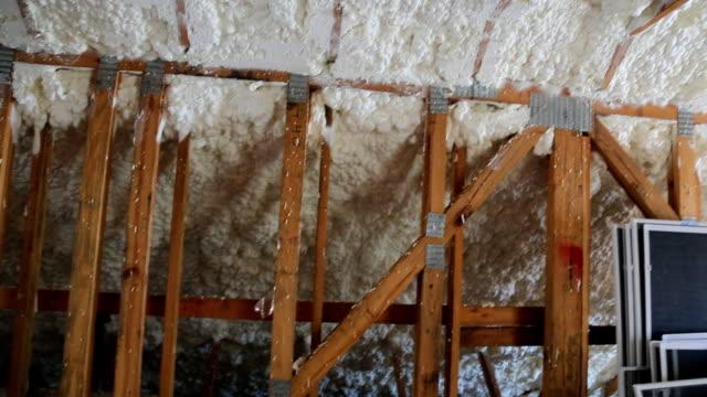 neue heimat-konstruktion mit installation der heizung auf dem dach des hauses dachboden im bau - dachboden stock-videos und b-roll-filmmaterial