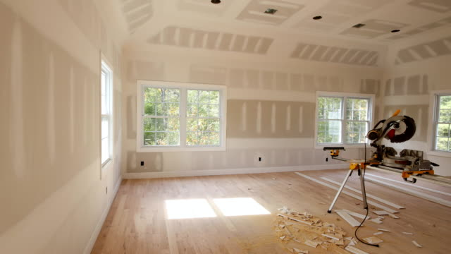 vídeos y material grabado en eventos de stock de nuevo hogar de instalación de material para reparaciones en un apartamento está en construcción remodelación - imperfección