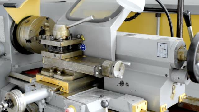 eine neue drehmaschine, die nicht in gebrauch war. drehbank spannfutter und werkzeug halter in der fabrik schützende fett - pflicht stock-videos und b-roll-filmmaterial