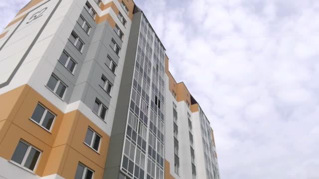 新しいマルチ アパート パネル家で艶をかけられたロジア、バルコニー。フレーム パネルの建物。パネルは、黄土色の色、グレーと白で描かれています。 - 建物の正面点の映像素材/bロール