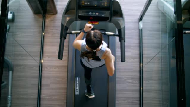 vídeos de stock e filmes b-roll de new normal of gym and treadmill - aparelho de musculação