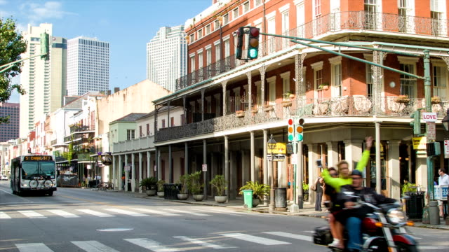 new orleans french quarter decatur und st. peter street - tour bus stock-videos und b-roll-filmmaterial