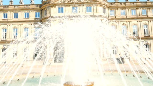 新しい宮殿、噴水の後ろにノイエス城、財務省の本籍地、シュロスプラッツ広場の宮殿、シュトゥットガルト、バーデンワーテンバーグの州都 - 城点の映像素材/bロール