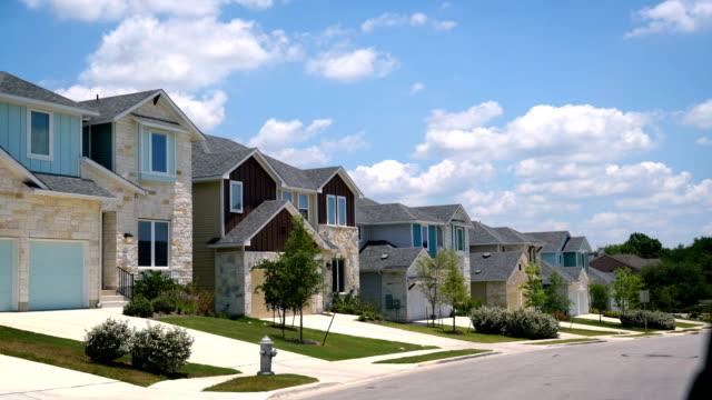 vídeos de stock e filmes b-roll de new row houses development in austin , texas suburb - driveway, no people