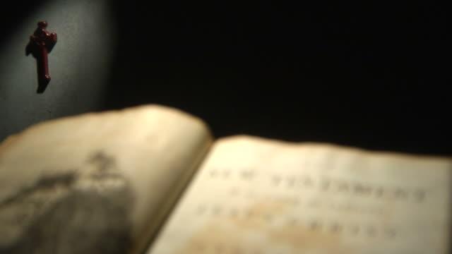 stockvideo's en b-roll-footage met new testament title rack focus hd - literatuur