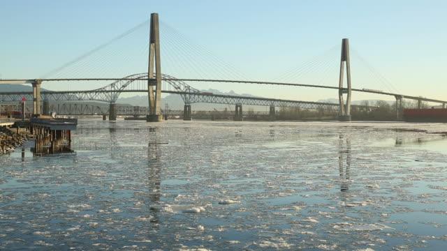 new westminster bridge e il fiume ghiaccio - fiume fraser video stock e b–roll