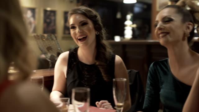 nyårsfirande i restaurang - aftonklänning bildbanksvideor och videomaterial från bakom kulisserna