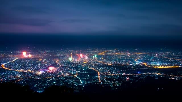新年のお祝い チェンマイの街の上に多くの花火,タイ - 人の居住地点の映像素材/bロール