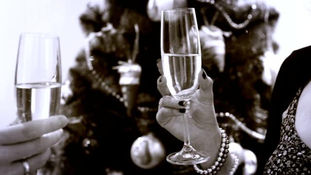 silvester champagner clinking brille witn weihnachts-alten kamera effekt - champagner toasts stock-videos und b-roll-filmmaterial