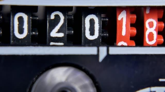 vídeos de stock, filmes e b-roll de 2017 2018 números de contador de ano novo. conjunto de temporizador digital. - cronômetro instrumento para medir o tempo