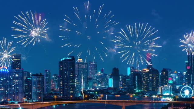 vídeos y material grabado en eventos de stock de año nuevo fuegos artificiales 2019 sobre la ciudad histórica. - víspera de año nuevo