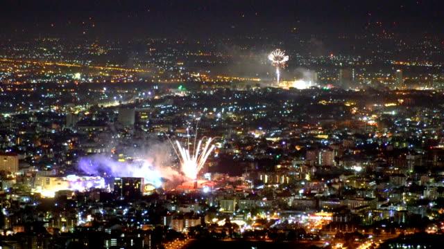 slo mo hd 新年花火の祭典。チェンマイ タイ。 - 人の居住地点の映像素材/bロール