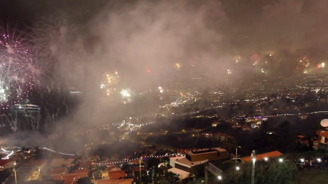 vídeos de stock e filmes b-roll de new year fireworks in the capital of madeira island, funchal city - funchal madeira