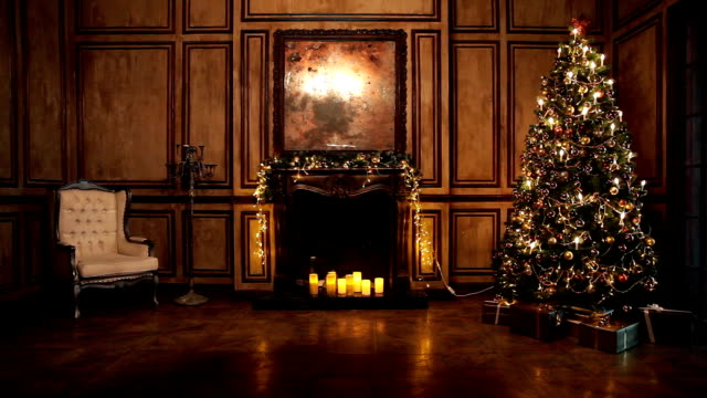 vídeos de stock e filmes b-roll de new year tree decorated room interior in classic style - sala