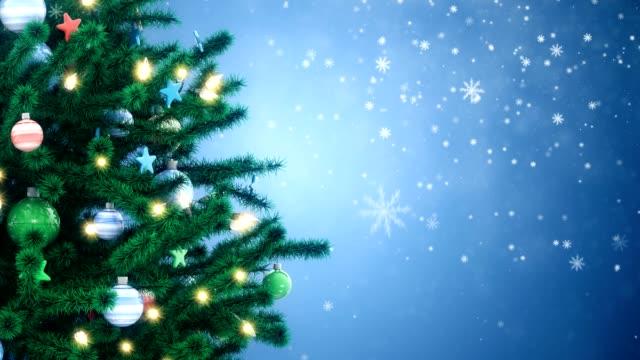 neujahrsbaum mit fallenden schneeflocken - girlande dekoration stock-videos und b-roll-filmmaterial