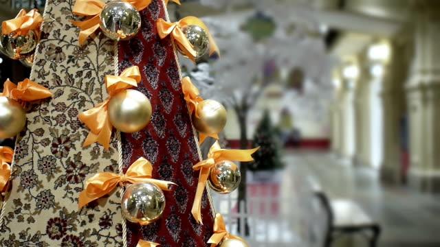 vídeos de stock e filmes b-roll de new year's and christmas red carpet tree decoration in shopping mall - fundo oficina