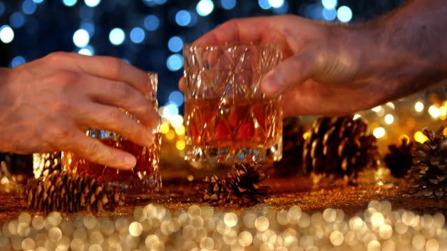 new year eve toast - anstoßen stock-videos und b-roll-filmmaterial