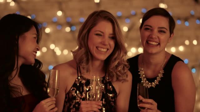 nyårs fest - aftonklänning bildbanksvideor och videomaterial från bakom kulisserna