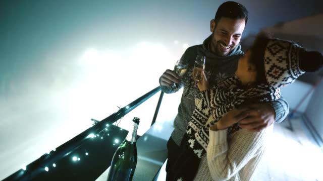 vidéos et rushes de sur le toit fête du nouvel an. - man drinking terrace