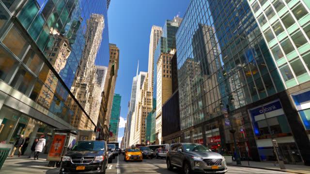 New York 42. Straße. Modernes Finanzgebäude. Konzept. – Video