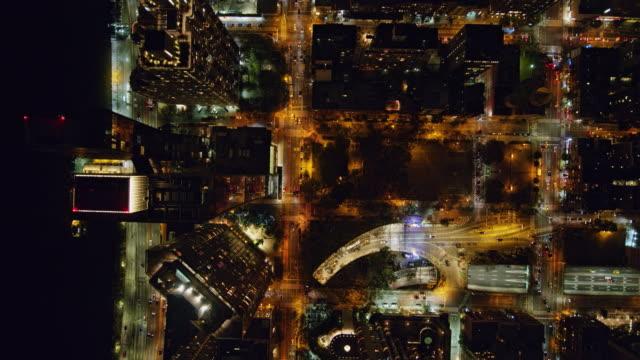 nyc new york aerial v103 paesaggio urbano notturno verticale del quartiere di murray hill - ottobre 2017 - notte video stock e b–roll