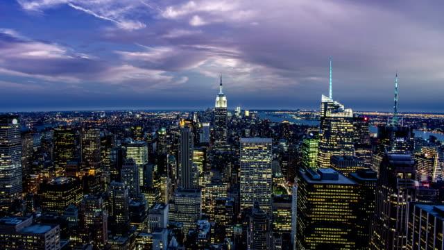 vídeos de stock, filmes e b-roll de cidade de nova york à noite - 20 24 anos