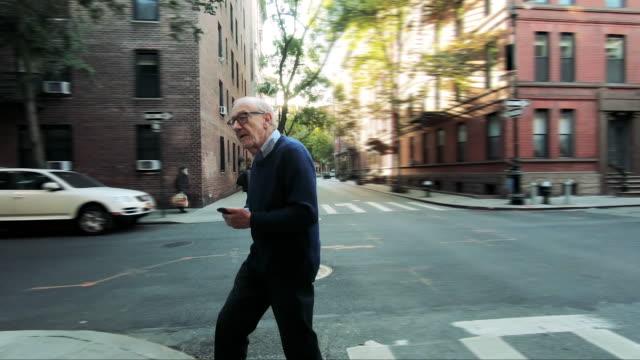 new york city livet för en äldre man - senior walking bildbanksvideor och videomaterial från bakom kulisserna