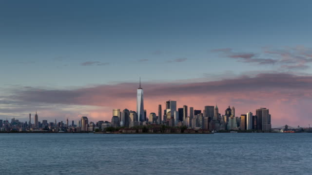 New York City Lower Manhattan cityscape from afternoon to twilight - vídeo