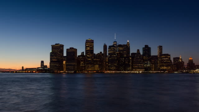 New York City Lower Manhattan skyscrapers between sunset, dusk and nightfall - vídeo